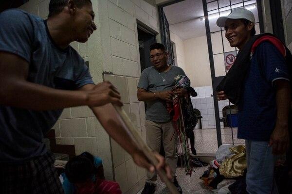 Migrantes limpiaban las instalaciones de un centro de acogida en la Ciudad de Guatemala, el 12 de julio del 2019.
