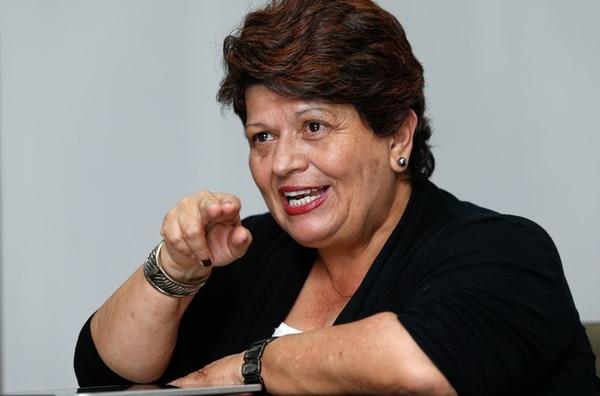 La ministra de Mideplan, Olga Marta Sánchez, negó que hubiera contratado como su oficial mayor Steffanny Sáenz, por ser la hija de su empleada doméstica. La jerarca despidió a la funcionaria envuelta en denuncias por presunta corrupción.