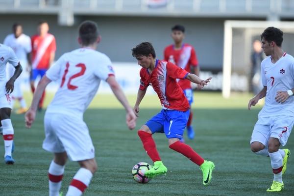 Josué Abarca (centro) controló el balón ante la marca de los canadienses Emile Legault (izq.) y Jordan Faria.