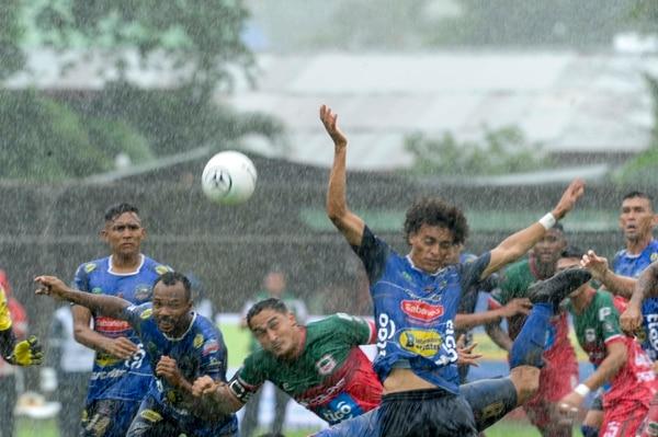 La intensa lluvia se hizo presente en el estadio Chorotega de Nicoya e impidió un buen espectáculo. Foto: Jorge Castillo