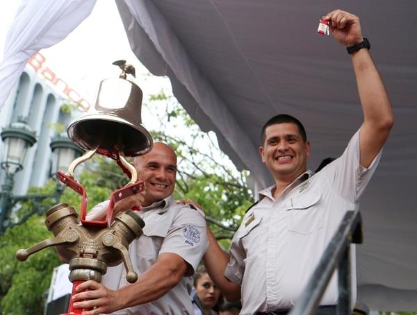 Representantes de siete comunidades recibieron las llaves de las nuevas extintoras para los bomberos. | CRISTIAN ARAYA PARA LA NACIÓN