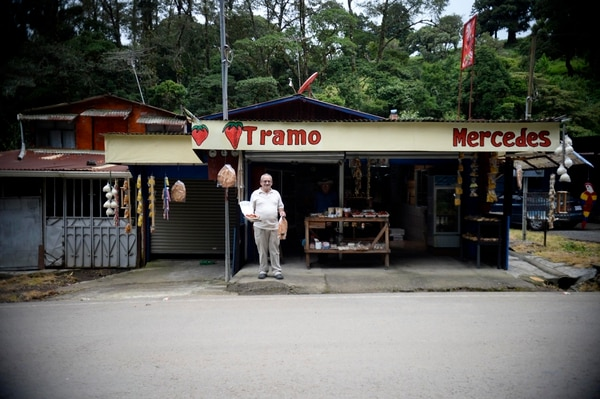 31/08/2018 Poasito, Alajuela. Fernando Espinoza Castro de 69 años, tiene desde hace cinco años el Tramo Mercedes. Ve con esperanza la reapertura del volcán. Fotos de Diana Méndez