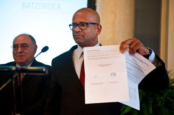 Ram Manikkalingam, miembro de la comisión que supervisa el grupo vasco de alto el fuego de ETA, hoy mostró un documento después de que el grupo armado anunció un primer paso para el desarme, poniendo algunas armas y explosivos fuera de uso, en Bilbao el norte de España