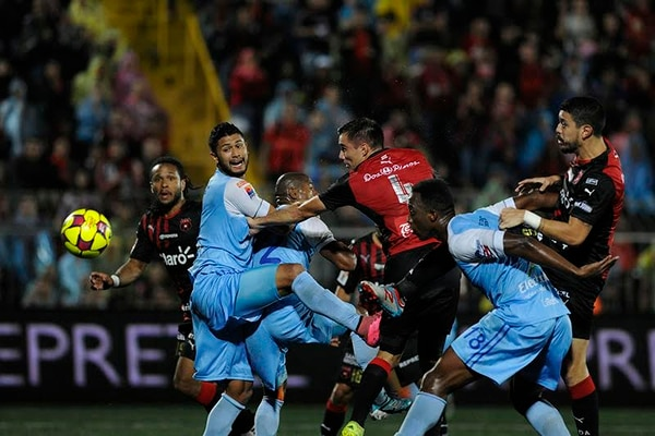 Los defensores universitarios Seemore Johnson y Jorge Davis enfrentan a Kener Gutiérrez y José Salvatierra en el duelo que igualaron 1-1 ante la Liga.
