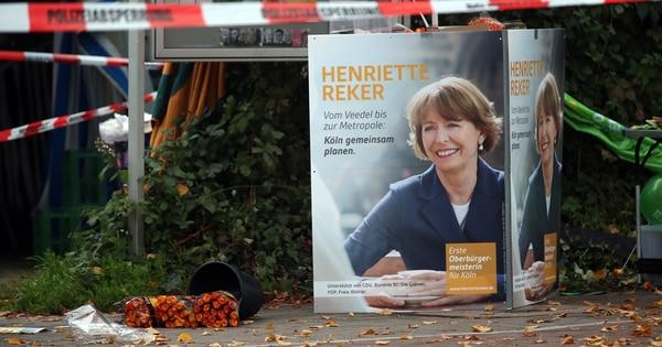 La candidata a la Alcaldía de Colonia, Henriette Reker, aparece en este afiche que se encuentra en el mismo lugar donde fue apuñalada.