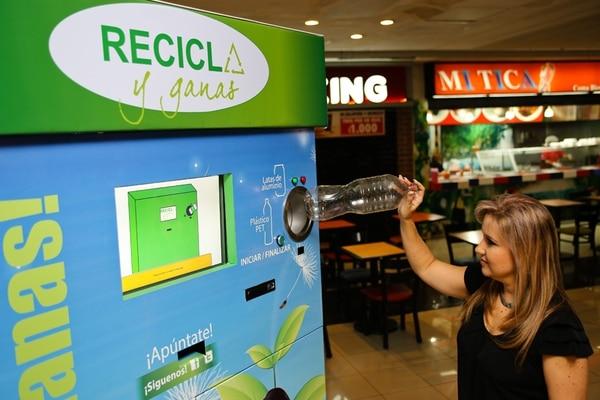 La educadora Alejandra Mora, quien concibió el Programa Recicla y ganas , muestra cómo se utiliza la máquina. Esta se localiza en el área de comidas del Mall San Pedro. Hay cuatro más en otros sitios.   VALERIA QUARTARA PARA LN