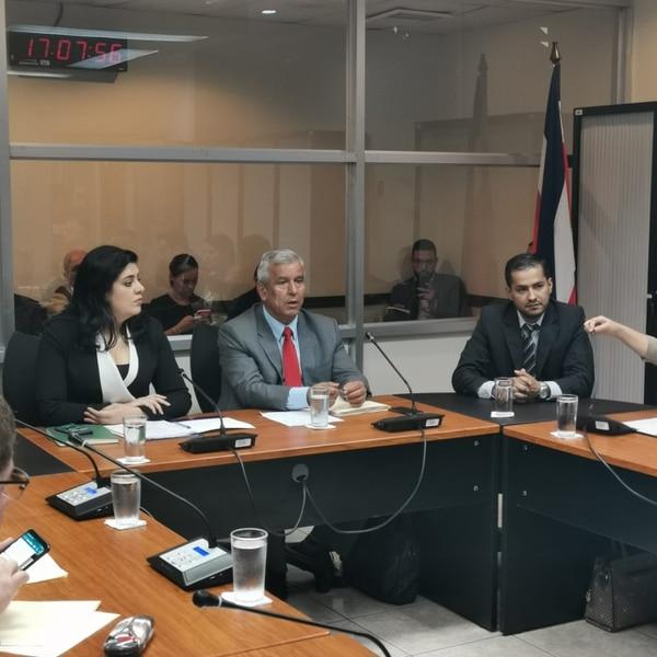 Los ministros de Planificación y la Presidencia, Pilar Garrido y Víctor Morales Mora, comparecieron la noche del miércoles en la comisión OCDE junto al director de la Imprenta Nacional, Ricardo Salas. Foto: Cortesía PUSC.