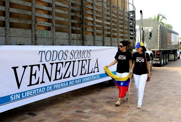 Dos camiones transportan 75 rollos de papel periódico desde Colombia a los diarios venezolanos que por las medidas restrictivas del gobierno de ese país no tienen acceso a surtirse del papel para alimentar las rotativas de sus medios de comunicación.