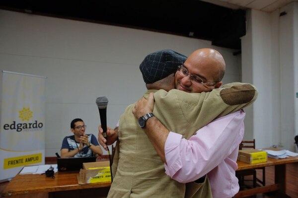 El candidato a presidente del Frente Amplio, Edgardo Araya, abraza al candidato a la segunda vicepresidencia, Luis Paulino Vargas.