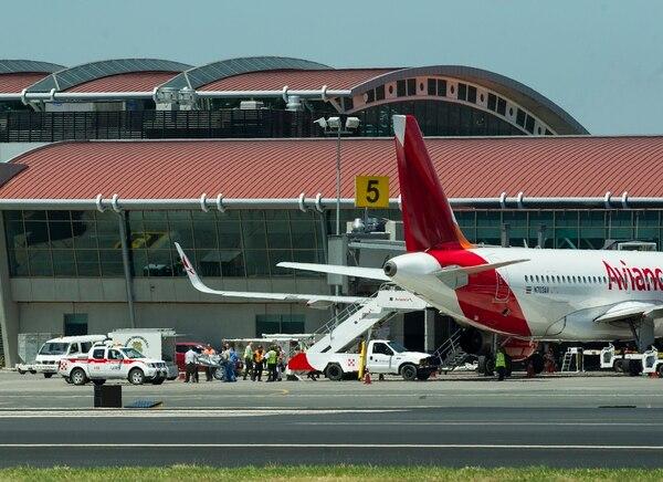 Avión de avianca en el Aeropuerto Juan Santamaría. La firma es dueña de Grupo TACA al que pertenecen Lacsa y Sansa constituidas en Costa Rica.