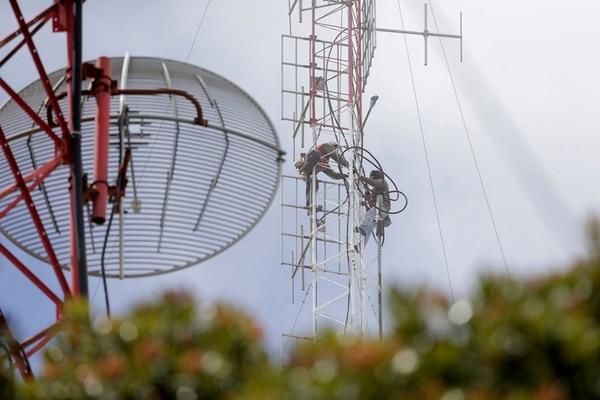 Inicialmente se había removido peso de las torres, pero luego hubo que trasladarlas y ahora solo faltan nueve antenas por trasladar a un sitio más seguro.Foto: Albert Marín/Archivo.