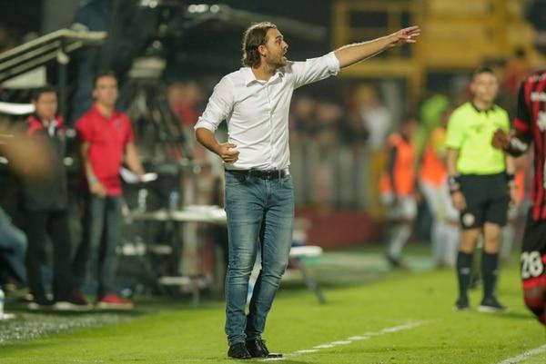Andrés Carevic da indicaciones a sus jugadores durante el partido ante Guadalupe. Fotografía José Cordero