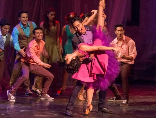 Dulce. En escenas como Mambo , se luce el colorido vestuario. Al frente, Eduardo Rodríguez e Isabel Guzmán. Cristian Araya.