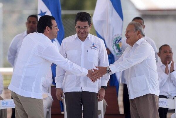 El presidente guatemalteco, Jimmy Morales (izquierda), saludó el martes a su homólogo salvadoreño, Salvador Sanchez Cerén en Nueva Ocotepeque, Honduras, durante la ceremonia de puesta en marcha de la Fuerza Trinacional. Observaba el mandatario hondureño, Juan Orlando Hernández.