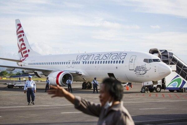 Un avión de la aerolínea Virgin Blue permanece estacionado en el aeropuerto internacional de Denpasar tras verse forzado a aterrizar por una alerta de secuestro, en Bali (Indonesia).