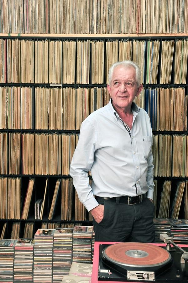 Maestro. Don Carlos tiene 72 años, muchos de los cuales se los dedicó al negocio de la radio. Él fundó y gestó el proyecto de Sinfonola, emisora que hoy tiene gran popularidad. John Durán.