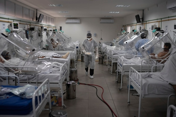 Pacientes con covid-19 son tratados dentro de un sistema de ventilación no invasivo llamado 'Cápsula Vanessa' en el hospital municipal Gilberto Novaes, en Manaos, Brasil, el lunes 18 de mayo del 2020. Foto: AFP