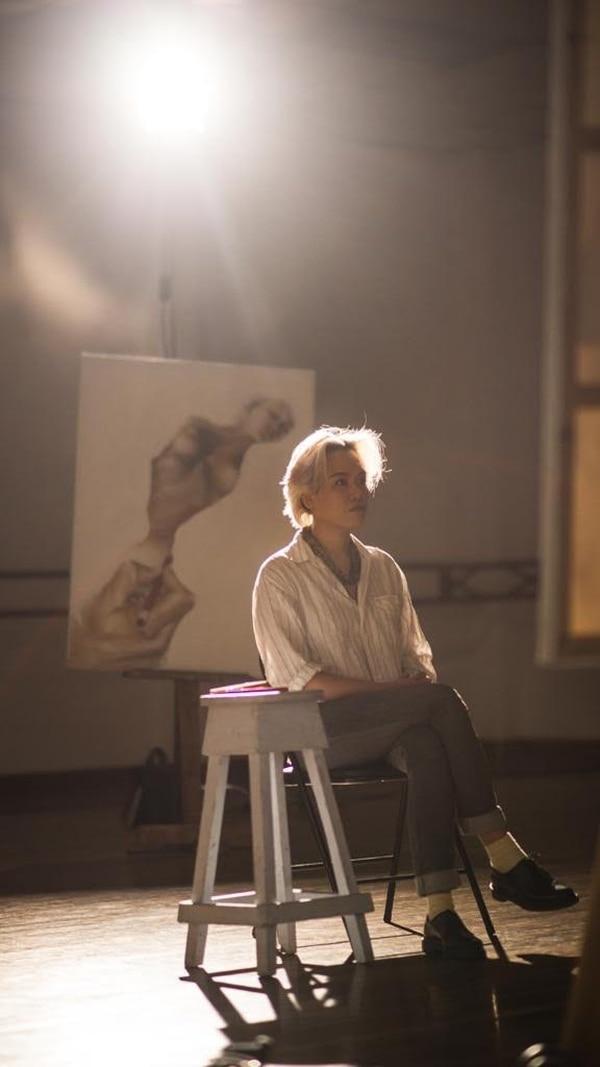 La exhibición Traje Humano integra pintura, instalación, video y performance.