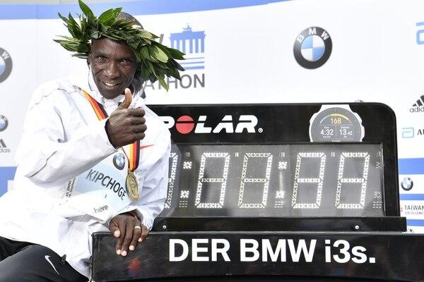 El keniano Eliud Kipchoge pulverizó el récord del mundo de maratón este domingo en Berlín al conseguir 2 horas 01 minuto y 39 segundos. Foto: AFP
