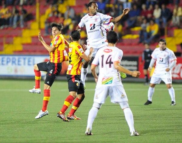 Jugadores de Herediano y Belén se midieron este jueves en el estadio Rosabal Cordero.