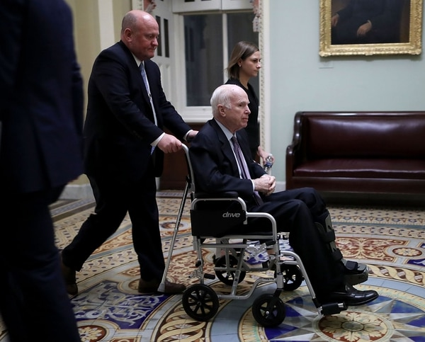 El senador John McCain se movilizaba en silla de ruedas en el Capitolio, en Washington, el 30 de noviembre del 2017.