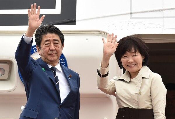 El primer ministro de Japón, Shinzo Abe, y su esposa, Akie, saludan antes de partir a Estados Unidos desde el aeropuerto Haneda de Tokio. Foto: Agencia AFP