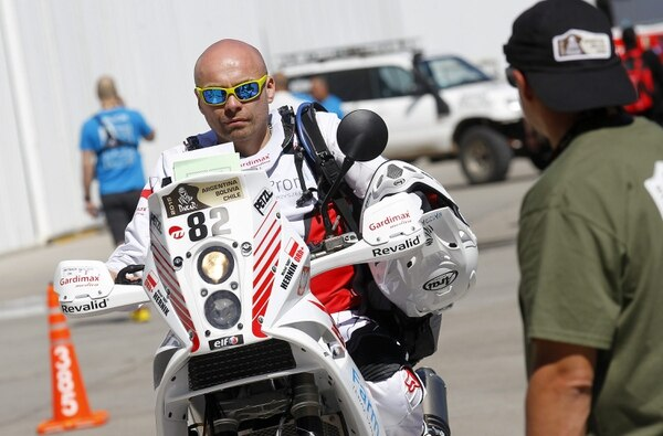 Fotografía del 3 de enero pasado del piloto de motos polaco Michal Hernik, durante las revisiones técnicas del rally Dakar en Buenos Aires (Argentina).