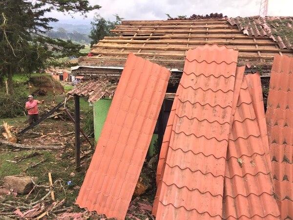 Este miércoles al mediodía, Carlos Gómez reparaba el techo de su casa, pues el martes le cayó un enorme árbol, producto de las lluvias en Blanquillo de Oreamuno, Cartago.