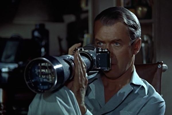 1954. James Stewart interpreta a un fotógrafo que se dedica a espiar a sus vecinos en La ventana indiscreta .