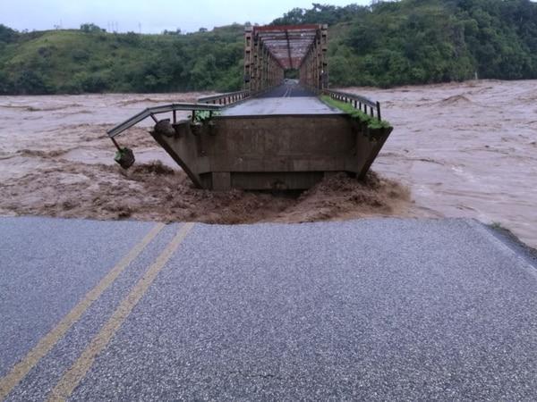 Uno de los rellenos de aproximación del puente sobre el río Terraba en la vía que comunica Paso Real con San Vito, en Puntarenas, cedió y aisló la estructura.