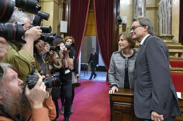 Carme Forcadell y Artur Mas, miembros de la coalición Junts pel Si , posaron para la prensa, el lunes, antes de la sesión de apertura del nuevo Parlamento de Cataluña, en Barcelona. Forcadell fud designada presidenta de la cámara. | AFP