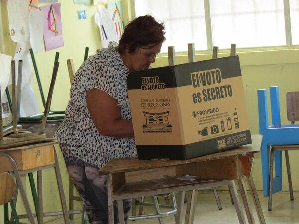 Isolina Rojas, de 58 años, depositó su voto en la junta número 2.997.