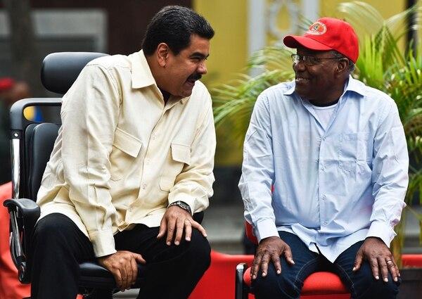 El mandatario de Venezuela Nicolás Maduro (izq.) junto al vicepresidente Aristóbulo Istúriz, el martes en una manifestación en Caracas. El presidente impulsa un plan especial de ahorro de energía que ha implicado la reducción de la jornada laboral del sector público y varios asuetos.   AFP