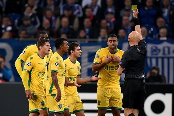 Los jugadores del Sporting de Lisboa reclaman ante el árbitro ruso Sergei Karasev