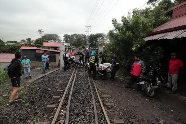 Tanto la motocicleta del oficial como la del otro hombre quedaron sobre la línea férrea. Fotos: Alonso Tenorio