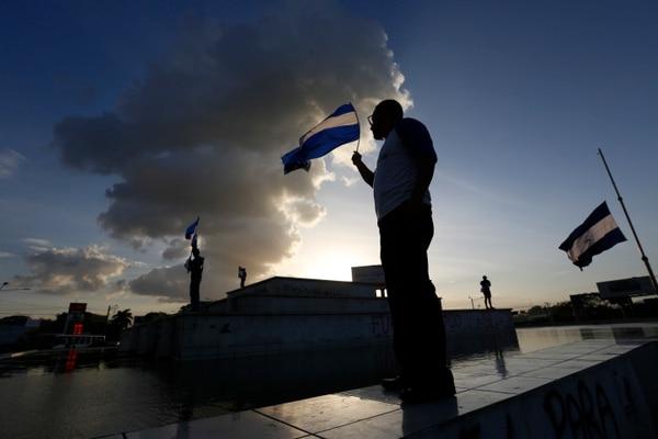 La gente porta banderas nacionales durante una protesta antigubernamental con motivo del Día Nacional del Niño, en Managua, Nicaragua, el viernes 1 de junio de 2018. AP