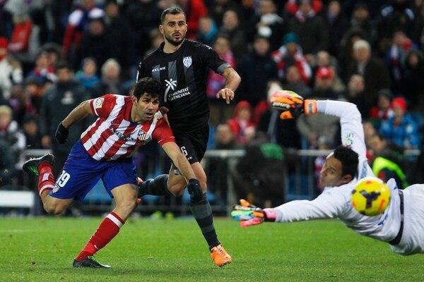 El delantero Diego Costa, del Atlético de Madrid, ya sabe lo que es enfrentar al guardameta costarricense Keylor Navas (derecha).   ARCHIVO