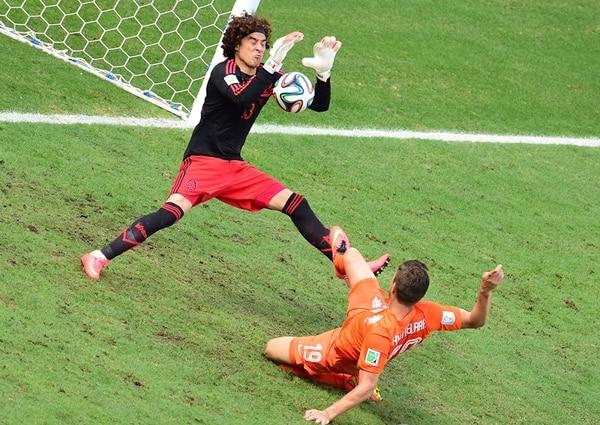 No cabe duda de que Guillermo Ochoa fue un gigante en la puerta azteca. Este fue un tapadón ante Klaus Huntelaar. La FIFA lo declaró la figura del juego.   AFP