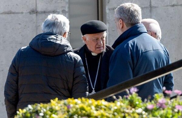 El arzobispo de Santiago, Ricardo Ezzati (centro), en el centro de convenciones en Punta de Tralca, al oeste de Santiago. Foto: AFP