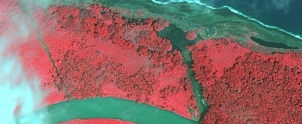 El Gobierno de Chinchilla suministró esta fotografía del estado de isla Portillos, en la que se observan dos canales que salen al mar y dos dragas, y afirmó que fue tomada el 5 de setiembre.