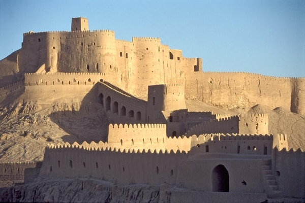 El sitio de Bam está ubicado en una región desértica del extremo sur de la meseta iraní.