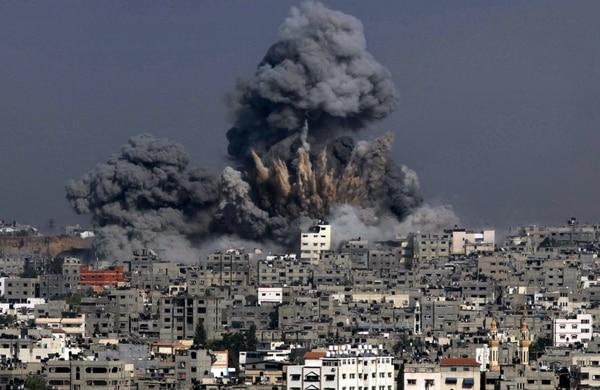 La humareda evidencia la potencia de un bombardeo israelí sobre un edificio en la ciudad de Gaza, el 29 de julio del 2014.