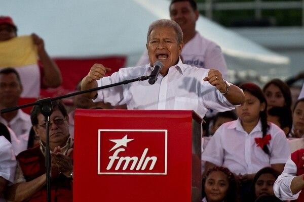 Salvador Sánchez Cerén festejó su victoria electoral, el sábado, en San Salvador con sus correligionarios.   AFP