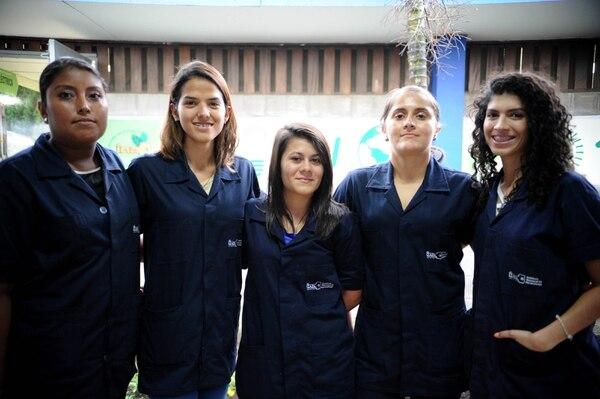 Gabriela Vallejo, Ana Solano, Angie Díaz, Tania Solano y Katherine Azofeifa son estudiantes del técnico de electromecánica y, cuando finalicen con este, podrán seguir con el técnico de energías renovables. Cuando se gradúen, se convertirán en las primeras técnicas en este sector.