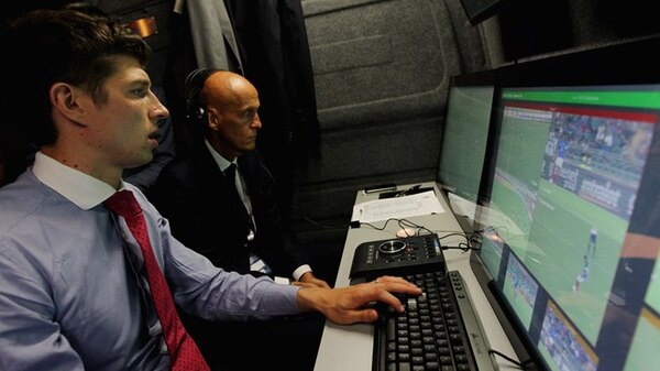 El famoso exárbitro, Pierluigi Collina, participó activamente en la implementación del 'VAR'. Rusia 2018 fue el primer mundial mayor en el que se aplicó esta tecnología. Fotografía: FIFA.com