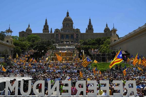 Miles de personas se reunieron este domingo en Barcelona para pedir respeto a la consulta sobre le independencia catalana.