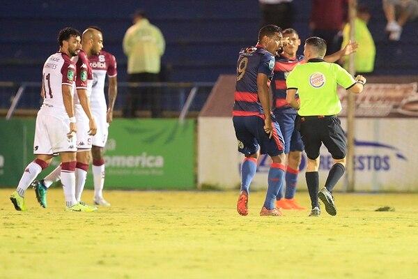 Marcel Hernández (9) le reclama al árbitro Brayan Cruz por sus errores en el juego ante Saprissa,Foto: Rafael Pacheco