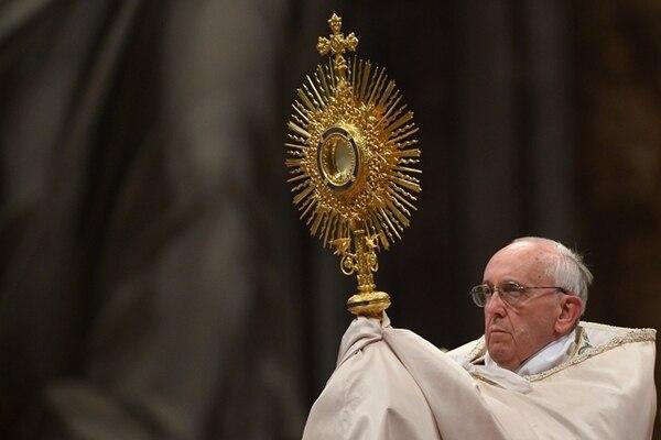 El papa Francisco sostuvo ayer el Santo Sacramento durante la celebración de la eucaristía mundial de adoración, presidida desde el Vaticano. | EFE.
