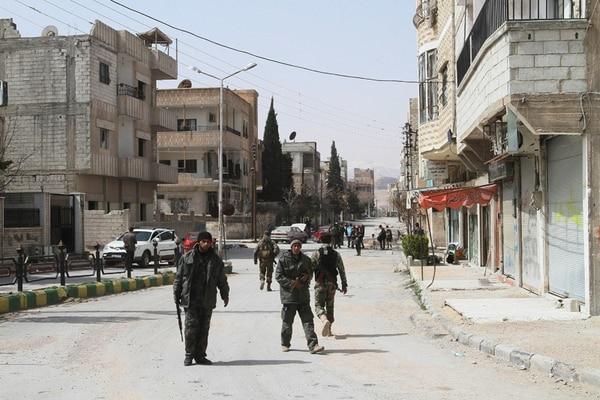 Soldados sirios patrullaban ayer una calle de la ciudad de Yabrud, que acababan de reconquistar. | EFE