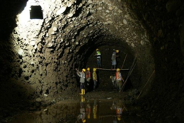 Trabajadores del ICE colocan la emulsión antes de la voladura, durante la excavación de una galería del proyecto Reventazón.